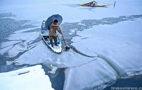 веслање по замрзнато езеро во Кашмир