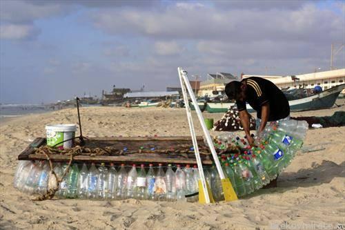 палестински рибар прави чамец со 700 пластични шишиња