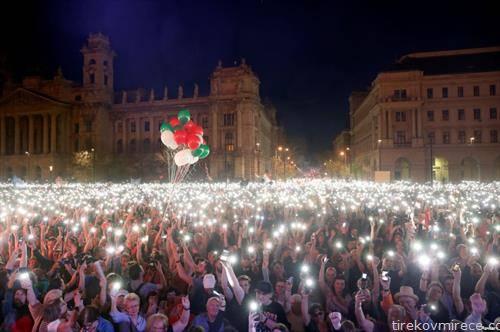 таман Орбан победи убедливо на изборите, се собраа стотици илјади протестанти пред Владата