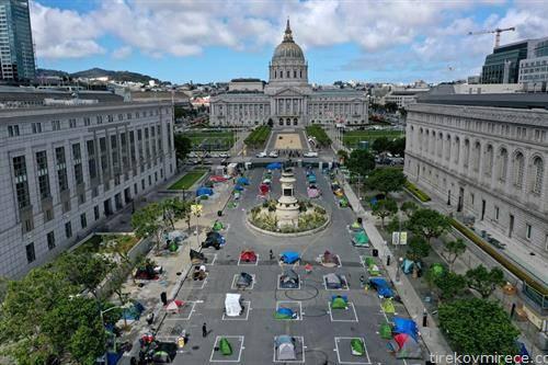 просторот пред градското собрание на сан фарнциско одбележан за држење растојание