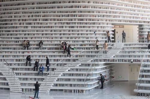 кинески читатели  во библиотека во Пекинг
