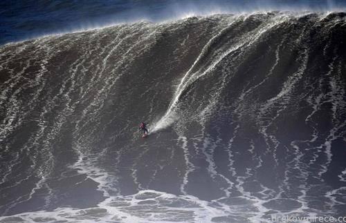 пол   сурфер на португалската обала на Атлански океан