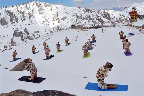 тибетантскaта полиција вежба јога на хималаите
