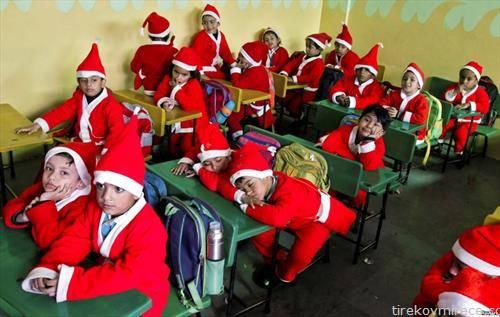 деца како Дедо Мраз во  Индија, на час