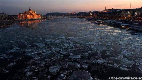 унгарскиот парламент во вечерно светло, додека замрзнатиот Дунав тече меѓу Будим и Пешта.