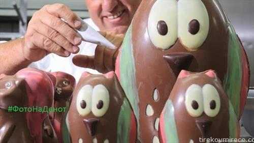 Михаел Викер, кондитор мајстор , ги украсува своите чоколадни фигури, кои може да се видат, купат и пробаат на фестивалот на чоколадото во Вернигероде