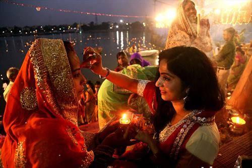 Индија, Чатан Пуџа, празник на изгрејсонцето.