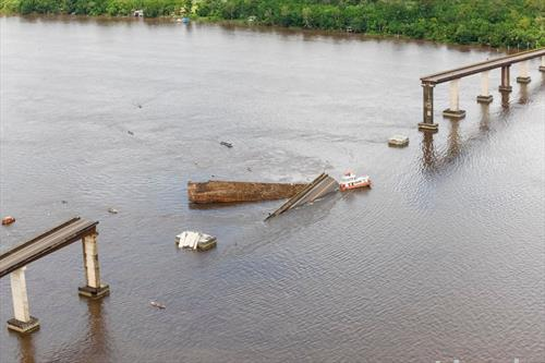 по поплавите траект сруши мост во Бразил