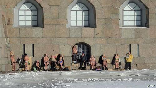 сад   луѓе се сончаат на зимското сонце во Саакт Петерсбург