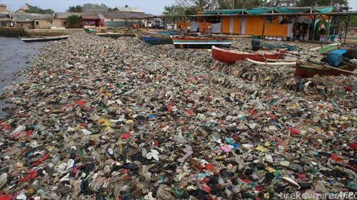 пластичен смет во индонезиско село