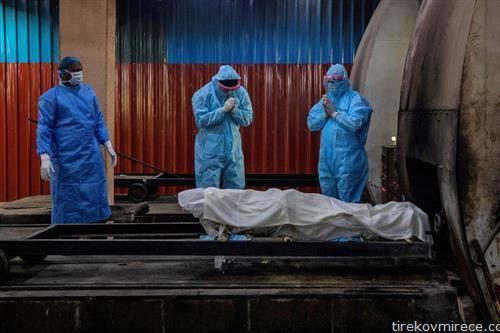 Индија е трето заразена држава во светот со корона вирус, таму починатите ги палат во крематориум