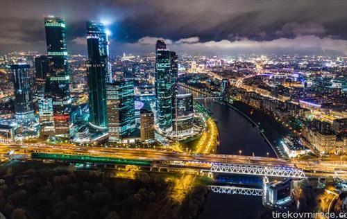 бизнис центарот на Москва со трите највисоки згради во Европа, ноќе