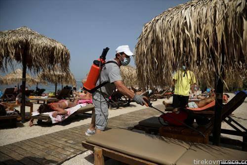 дезинфекција на грчките плажи кои се отворени
