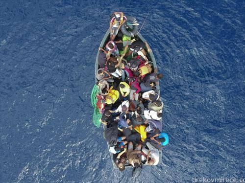 чамец со мигранти од африка на пат кон Гибралтар