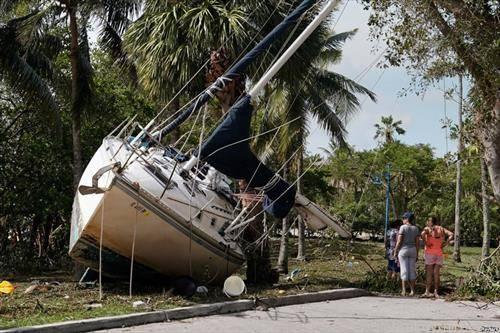 ураганот  Ирма обој брод го донесе на суво