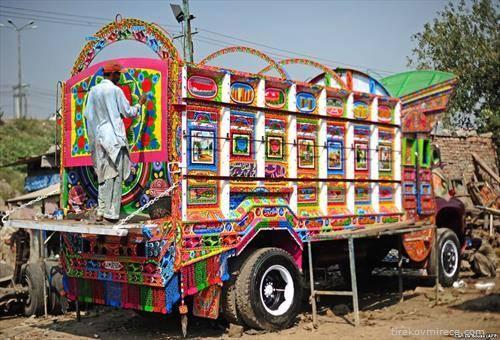 украсен  камион во Пакистанна