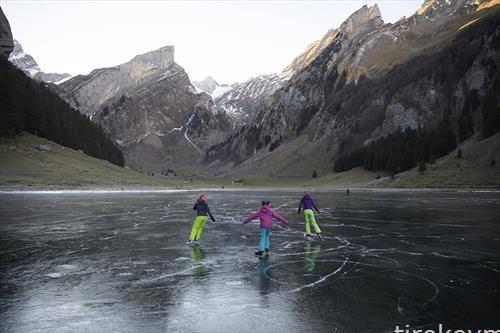 Луѓе уживаат во лизгањето на мраз на Сееалпсее, Швајцарија