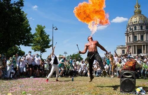 голтач на оган, протестира во Париз, тој и колегите бараат отворање на ноќни клубови