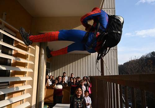 наместо дедо мраз, спајдермен на Детска клиника во Скопеј