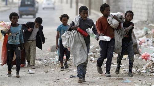 деца собираат пластика по улиците на Сана, Јемен