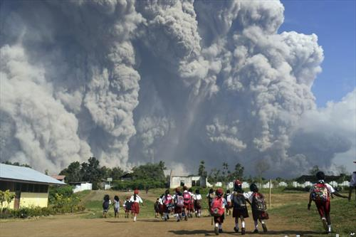 вулканот еруптира на Суматра, децата на училиште