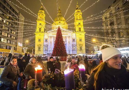 Божикниот пазар пред базиликата Св. Стефан во Будимпешта, Унгарија