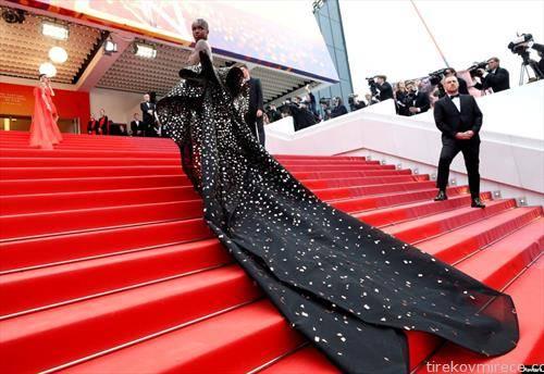 модел стигнува на филмска премиера во Кан