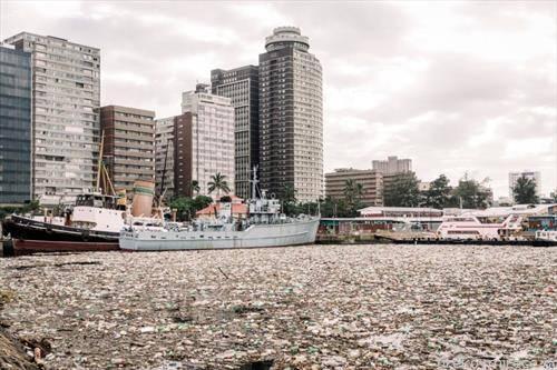 пристаништето во Дурбан Јужна африка преполно со пластика
