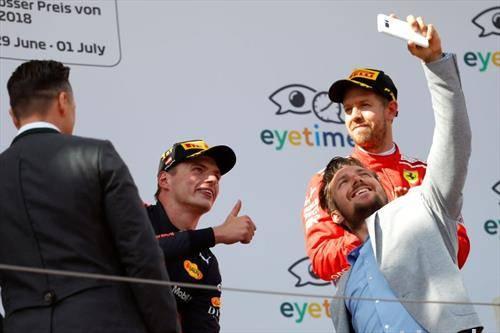 Ферстапен  победи на Ф1 трката во Австрија а на подиумот се качи и скијачот Хиршер за селфи