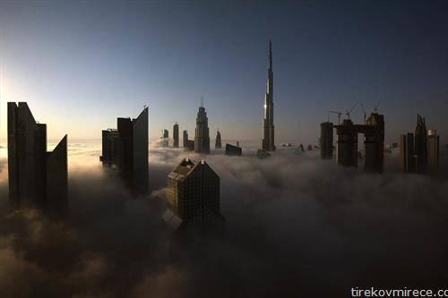 врвовите на кулите во Дубаи, во магливо утро