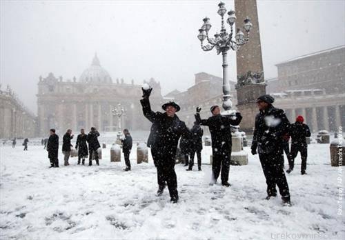 свештеници на Ватикан на плошатадот Св. Марко се маваат со топки снег