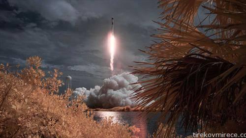 По девет години, Американците повторно самостојно испратија астронаути на Меѓународната вселенска станица