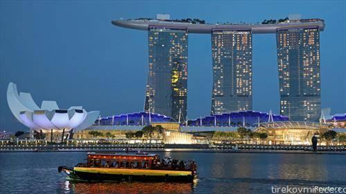 туристи го разгледуваат Сингапур