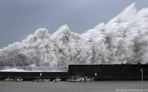 огромни бранови во рибарско гратче во Јапонија