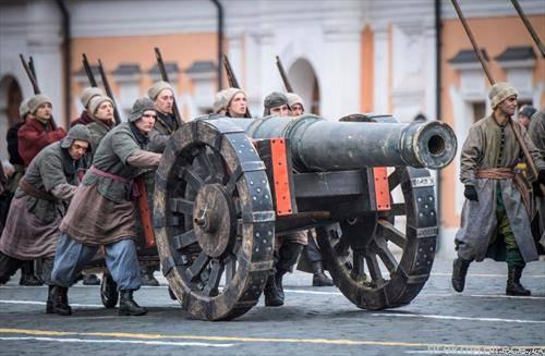 историска парада во Москва во чест на 7 ноември, денот кога советската Црвена армија во 1941 година марширала  тргнувајќи  во борба против фашистичка Германија