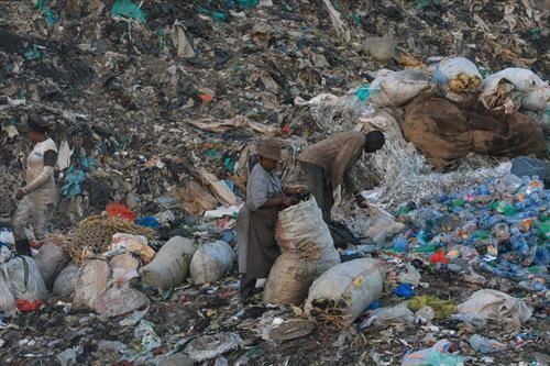 се преживува со собирање од отпадот во најроби