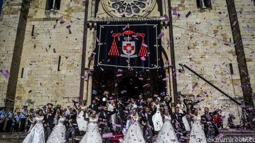 Невести и младоженци  по нивната свадбена церемонија во Лисабон