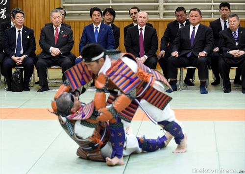 , рускиот претседател и јапонскиот премиер, следат борба во традиционално џудо