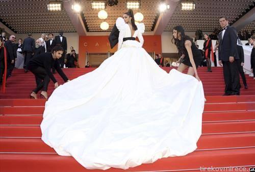 гостинка стигнува на црвениот тепих од фестивалот во Кан