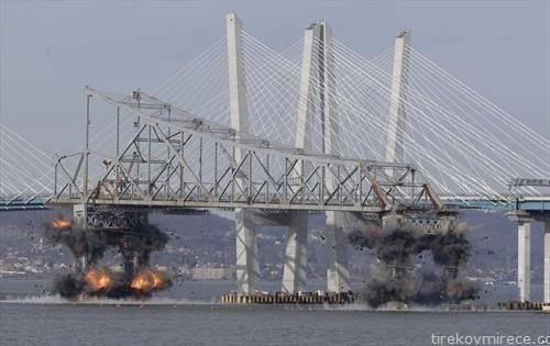 Дел од стариот мост на Таппан Зи е срушен со експлозив воЊујорк