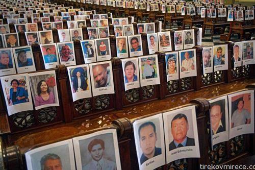 жртвите на корона вирусот на фотографија  во град во Перу, во тамошна цркваи