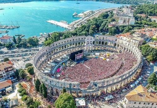 преполната арена во Пула, заради натпреварот Хрватска - Франција