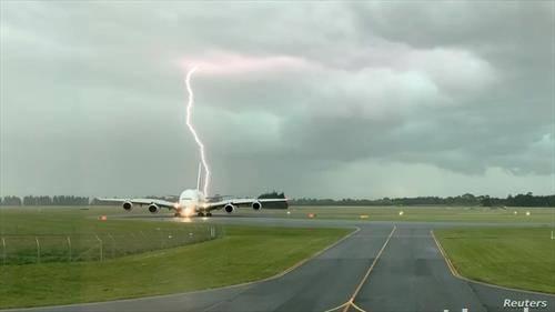 удира во авион, на писта во град на Нов Зеланд
