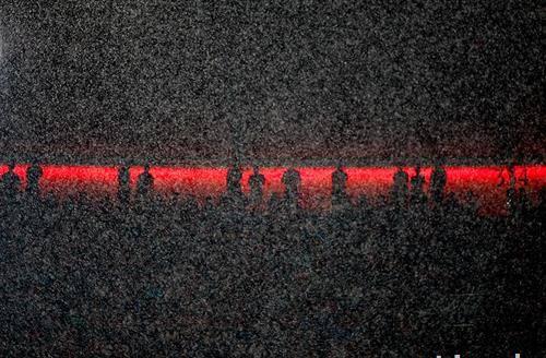 Гледачи на пороен дожд за време на натпреварот помеѓу Баерн Минхен и Баер 04 Леверкузен