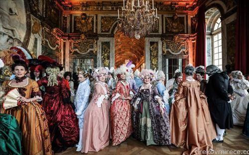 Речиси 700 луѓе од цел свет во костими парадираа низ апартманите на францускиот крал Луј 14 во неговиот дворец Версај во Париз.