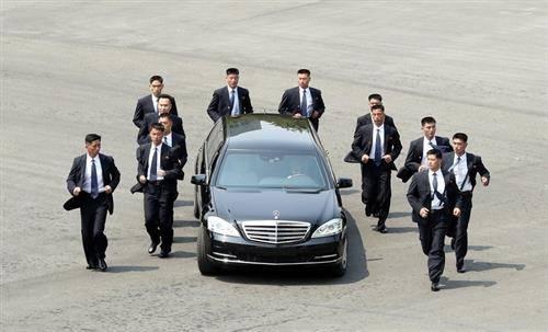 Токио    северно корејскиот лидер пристигнува во придружба на обезбедување на состанок со колегата од Јужна Кореја