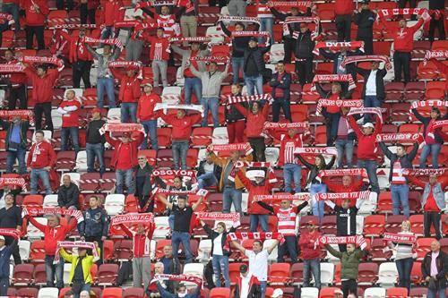 навивачите во Унгарија се вратија ан стадионите со држење растојание