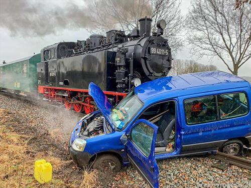 деновиве на северот од Германија, кога возачот на цитроенот ќе се пре есапи и мисли дека е побрз од парна локомотива