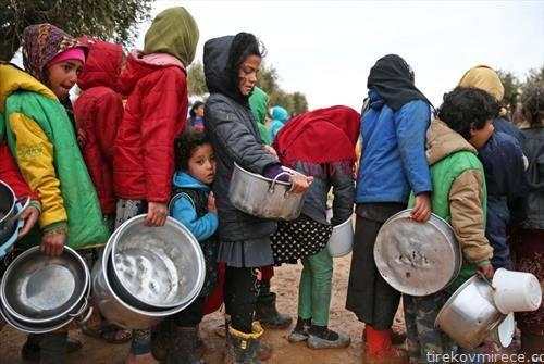 сириски бегалци чекаат за храна во Турција