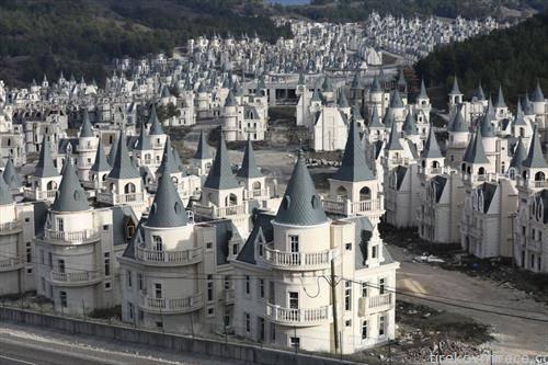 стотици вили со трговски центар во нов град кој се гради во Турција. Вредноста на една куќа е 500 илјади долари